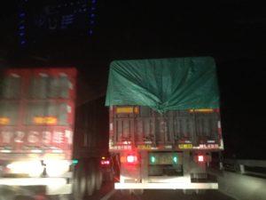 トラックとカーチェイス